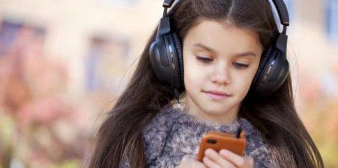 beautiful-little-girl-listening-to-music-on-headphones[1]