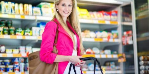 beautiful-young-woman-shopping-in-a-grocery-storesupermarket[1]